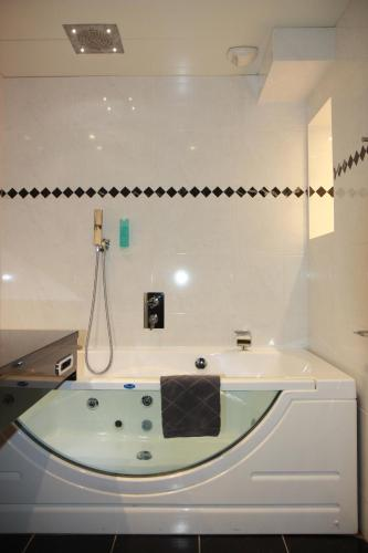 A bathroom at Hôtel Henry II Beaune Centre