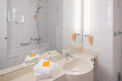 A bathroom at Vienna House Easy Castrop-Rauxel