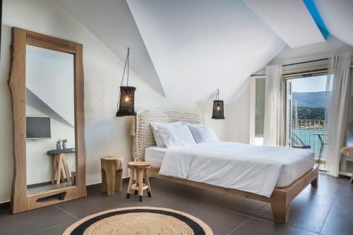 Кровать или кровати в номере Argostoli Marina Suites