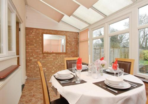 A restaurant or other place to eat at Large Cosy House Ideal for Corporate Lets