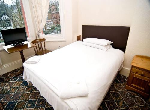A bed or beds in a room at Charlie Hotel