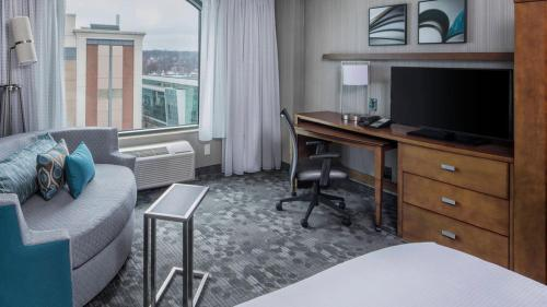 A television and/or entertainment center at Courtyard by Marriott Stamford Downtown