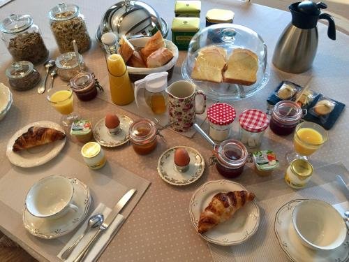 Breakfast options available to guests at Mas Pichony - Maison d'Hôtes - B&B