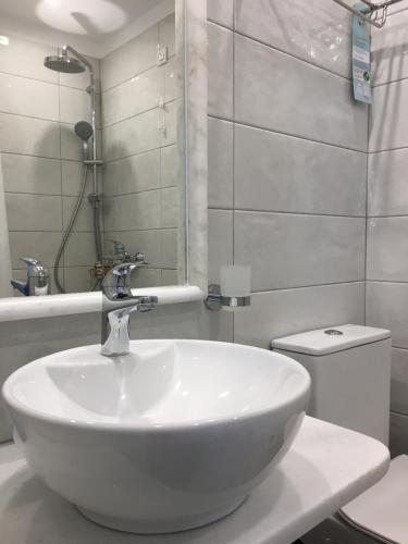 A bathroom at Kamelia Hotel