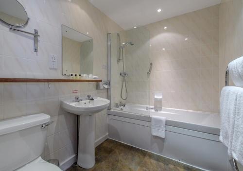 A bathroom at Atholl Hotel
