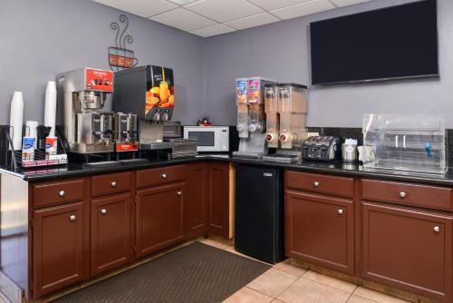 A kitchen or kitchenette at Americas Best Value Inn West Monroe