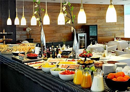 Un restaurante o sitio para comer en Civis Luz Castellón 4*S