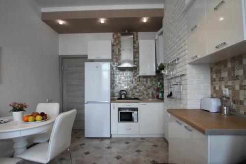 Кухня или мини-кухня в Apartment on Medovaya
