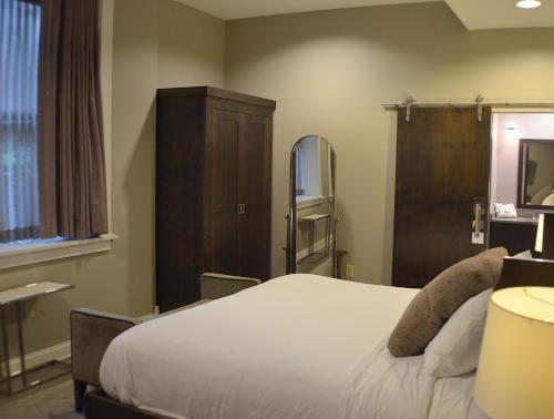 Ein Bett oder Betten in einem Zimmer der Unterkunft Hotel at the Lafayette Trademark Collection by Wyndham