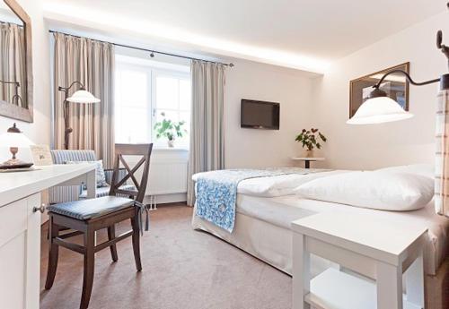 Ein Bett oder Betten in einem Zimmer der Unterkunft Landhotel Jann Hinsch Hof