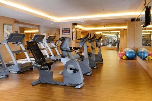 The fitness center and/or fitness facilities at Horizon Hotel
