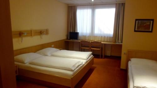 A bed or beds in a room at Zum Springbrunnen