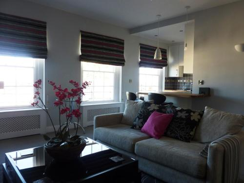 A seating area at Hewlett Apartments