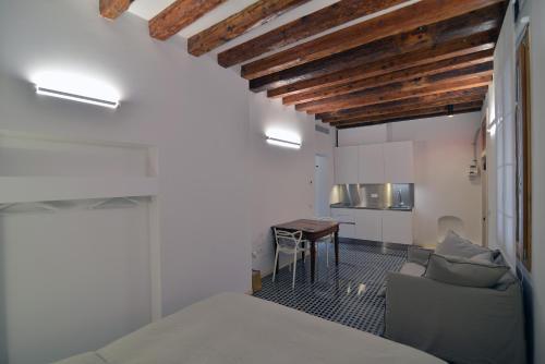 A kitchen or kitchenette at Carbonaia Venezia