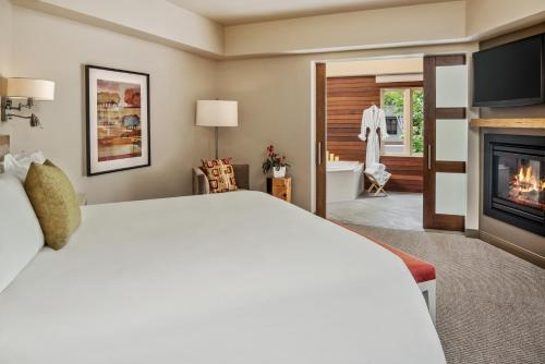 A bed or beds in a room at Inn at the 5th