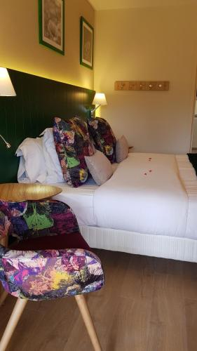 A bed or beds in a room at Lou Paradou