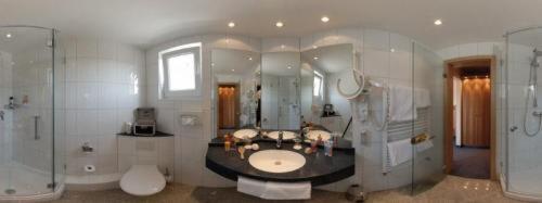 A bathroom at Gästehaus Schlegel