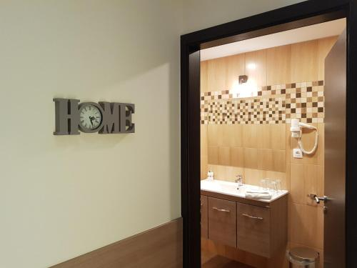 A bathroom at Central Hotel 21 and Apartments