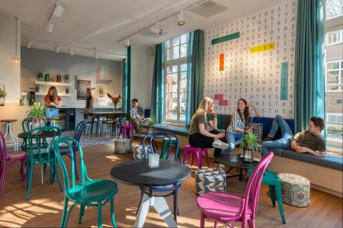 Een restaurant of ander eetgelegenheid bij Stayokay Hostel Amsterdam Vondelpark