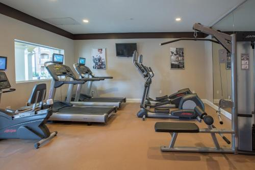 The fitness centre and/or fitness facilities at The Point Hotel & Suites Universal