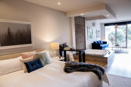 A bed or beds in a room at Polperro Villas