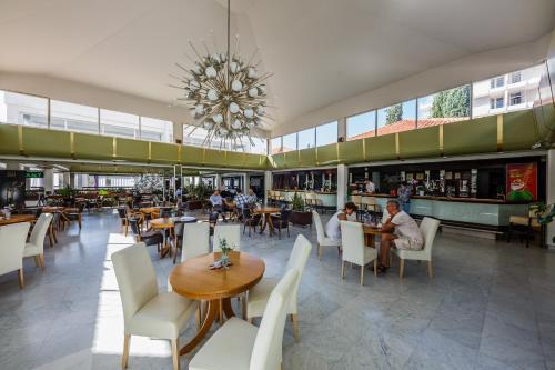 A restaurant or other place to eat at Hotel Medena Budget