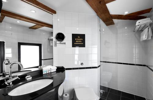 A bathroom at 71 Nyhavn Hotel