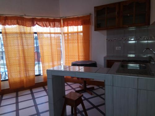 A kitchen or kitchenette at Sarisa House