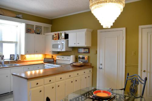 A kitchen or kitchenette at The Flats On 7th