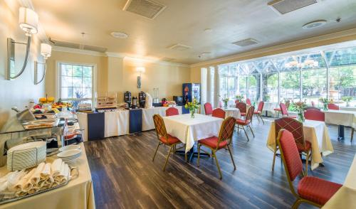 A restaurant or other place to eat at Cooper Hotel Conference Center & Spa