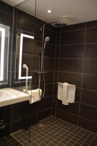 A bathroom at Hôtel ORIGAMI