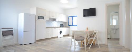 A kitchen or kitchenette at Apartamentos El Marinero - Salado