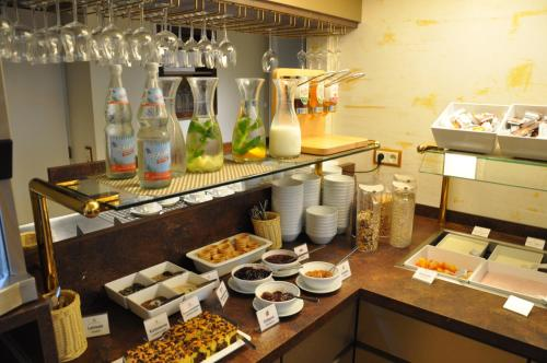 A restaurant or other place to eat at City Partner Hotel Strauss
