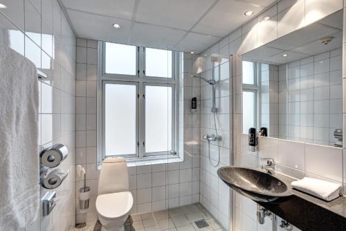 A bathroom at Urban House Copenhagen by MEININGER