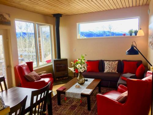 A seating area at Kluane Green Sprout Vacation Home