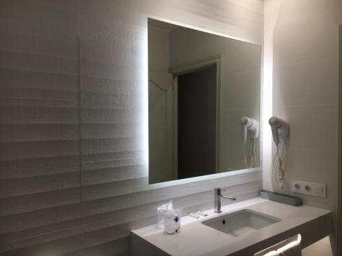 A bathroom at Hotel Playa Santandria Adults Only