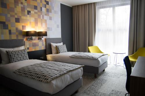 A bed or beds in a room at IBB Hotel Długi Targ