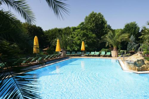 The swimming pool at or near Romantik Hotel im Park