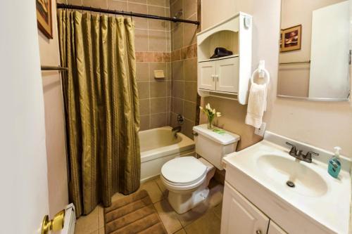 Um banheiro em Bent Prop Inn and Hostel of Alaska - Midtown