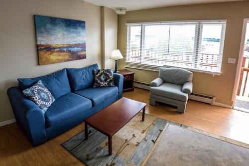 Uma área de estar em Bent Prop Inn and Hostel of Alaska - Midtown