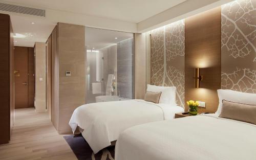 A bed or beds in a room at Al Bandar Rotana – Dubai Creek