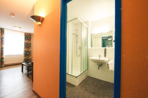 A bathroom at PLAZA Hotel Bruchsal