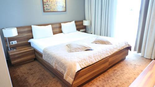 Cama ou camas em um quarto em Avenue Hotel Baku