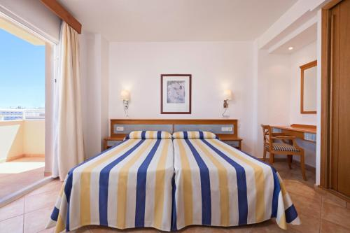 A bed or beds in a room at azuLine Hotel - Apartamento Rosamar