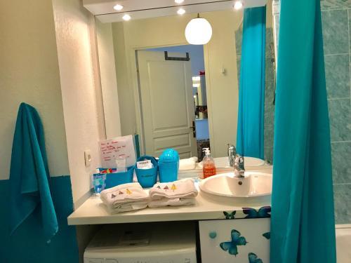 A bathroom at Les Hauts de Lérins - Cannes Marina