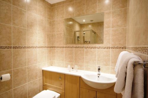 A bathroom at The Angus Hotel