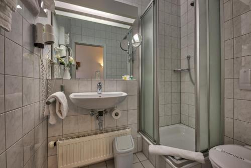 A bathroom at Hotel Residenz Limburgerhof