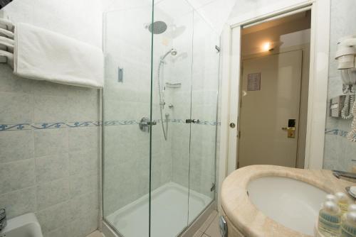 A bathroom at Hotel Weber Ambassador