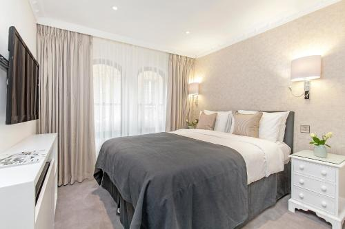 A bed or beds in a room at Mayfair House