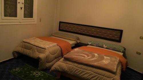 سرير أو أسرّة في غرفة في 3 Pyramids View Inn